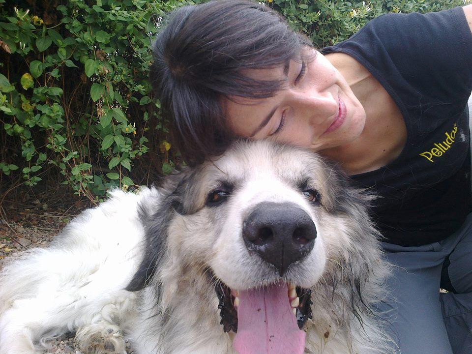 Blanca posa con un perro en Peludos Residencia Canina y Felina