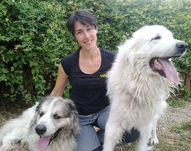 Blanca con sus amigos inseparables: los perros.