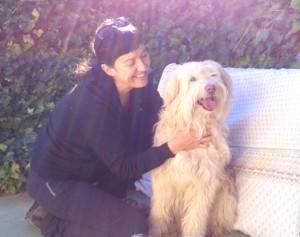 Diana con uno de los perros de Peludos Residencia Canina y Felina.