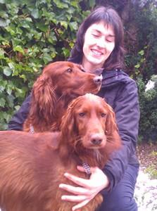 Blanca juega con sus dos maravillosos perros